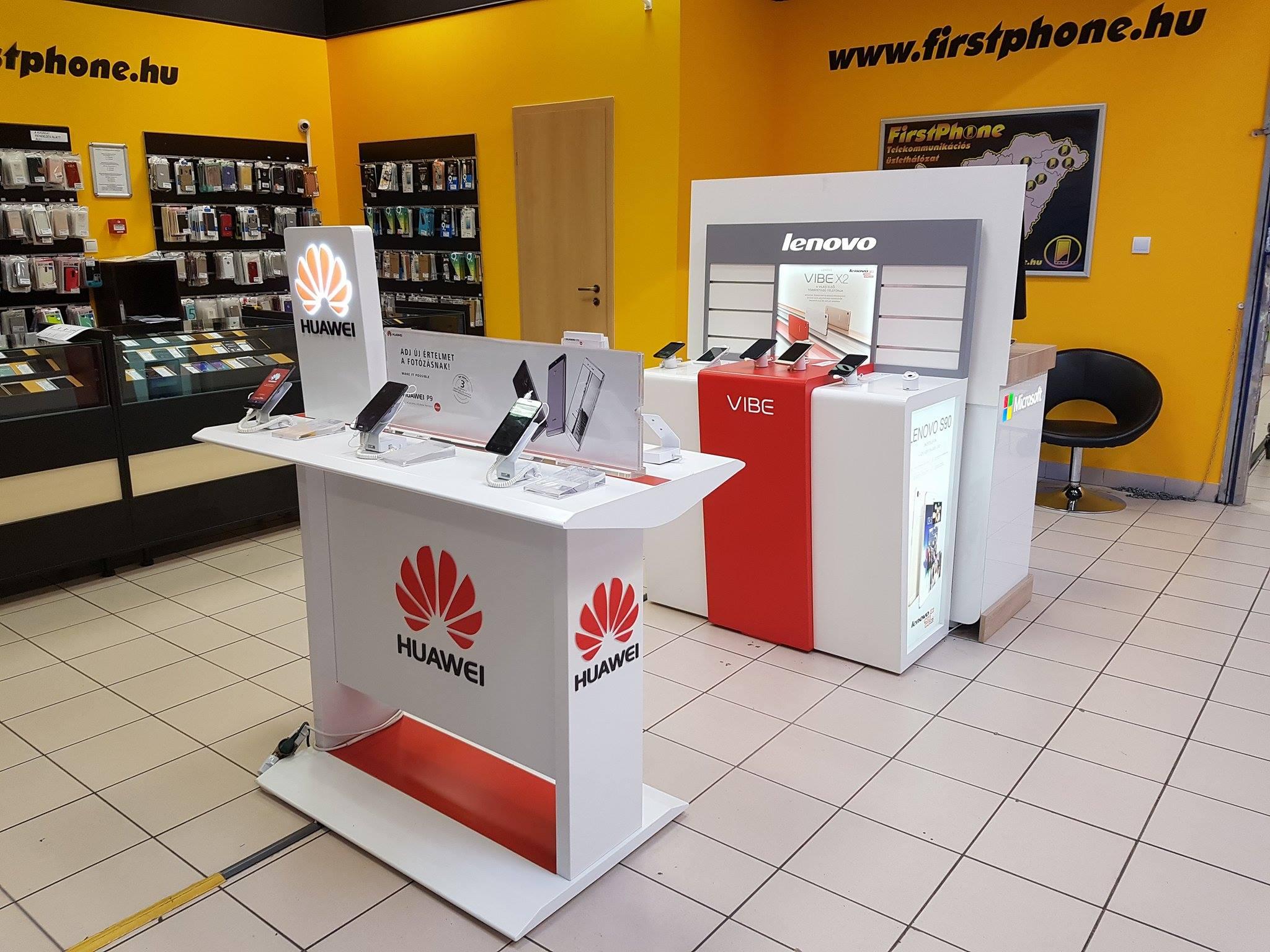 Kiemelt Huawei asztal egy FirstPhone üzletben