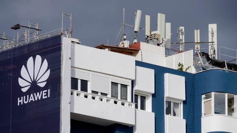 Huawei logó egy épületen