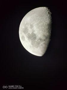 A Huawei P30 Pro Quad Leica kamera tükrös és lencsés távcsövekhez történő csatlakozásával készített Holdfotó