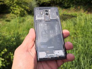 Átlátszó hátlap egy Huawei Mate 10 Pro telefonon