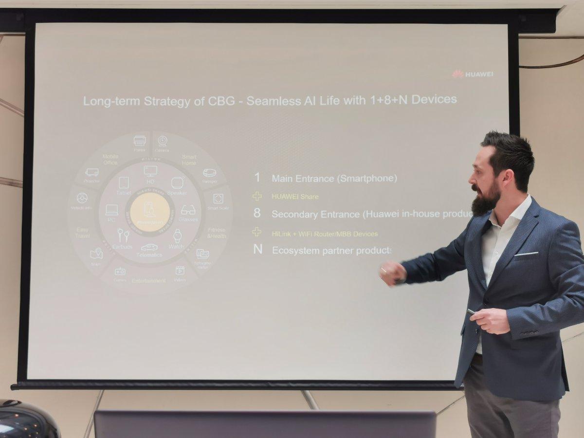 Krecsmár Csaba a Huawei 1+8+N stratégiáját prezentálja