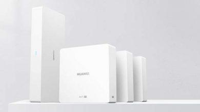 A Huawei új mesh router rendszert jelentett be, amely egyszerűen csak H6 terméknévvel kerül piacra. Az új, WS8000-10 típusszámmal rendelkező router szülő eszköze (a fő router) négymagos 1,4 GHz-es Gigahome chipet kapott, 256 MB RAM-mal és 256 MB háttértárral. Hat darab Gigabit Ethernet port, egy Gigabit WAN port és egy Gigabit IPTV port is megtalálható rajta. A fogyasztása 12 watt alatt marad. A router Harmony OS-t futtat, vezeték nélküli hálózatokat 2,4 és 5 Ghz-es sávban is képes létrehozni, támogatva a 802.11 ax/ac/n/a/b/g szabványokat, kicsit közérthetőbb nevén többek között a Wi-Fi 5 és a Wi-Fi 6 hálózatot is. A kiegészítő routerekbe 1,2 Ghz-es Dual-Core chip, 128 MB RAM és ROM került. A mesh routerek beüzemelését és paramétereinek szabályozását a Huawei AI Life appon keresztül lehet elvégezni, okostelefonról. A fő eszközhöz több különálló kiegészítő router kapcsolható, ezáltal teljes házak lefedése biztosítható és akadásmentesen válthatnak a különböző routerek között a WiFi eszközök.